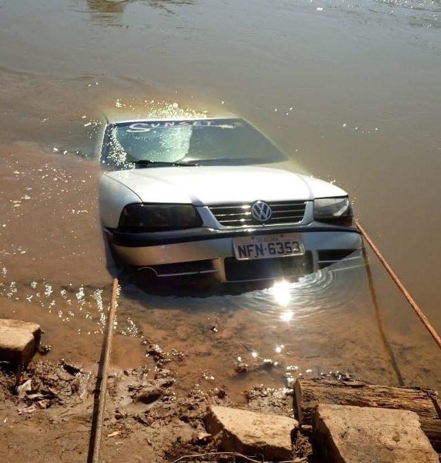 Montes Claros: Veículo caiu em rio e ficou a 9 metros submerso