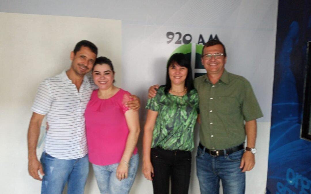 Rádio Vale da Serra recebe prefeito reeleito e vice de São Luís de Montes Belos com suas esposas